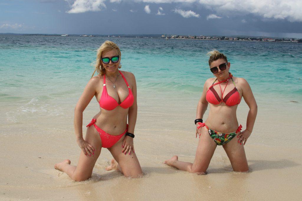 Moje omiljeno drustvo na putovanjima, moja drugarica Goca i ja u sred Indijskog okeana