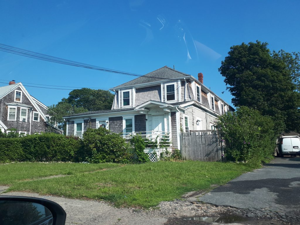 Jedna od kuća u tipičnom američkom stilu. Od drveta i ne preterano visoka