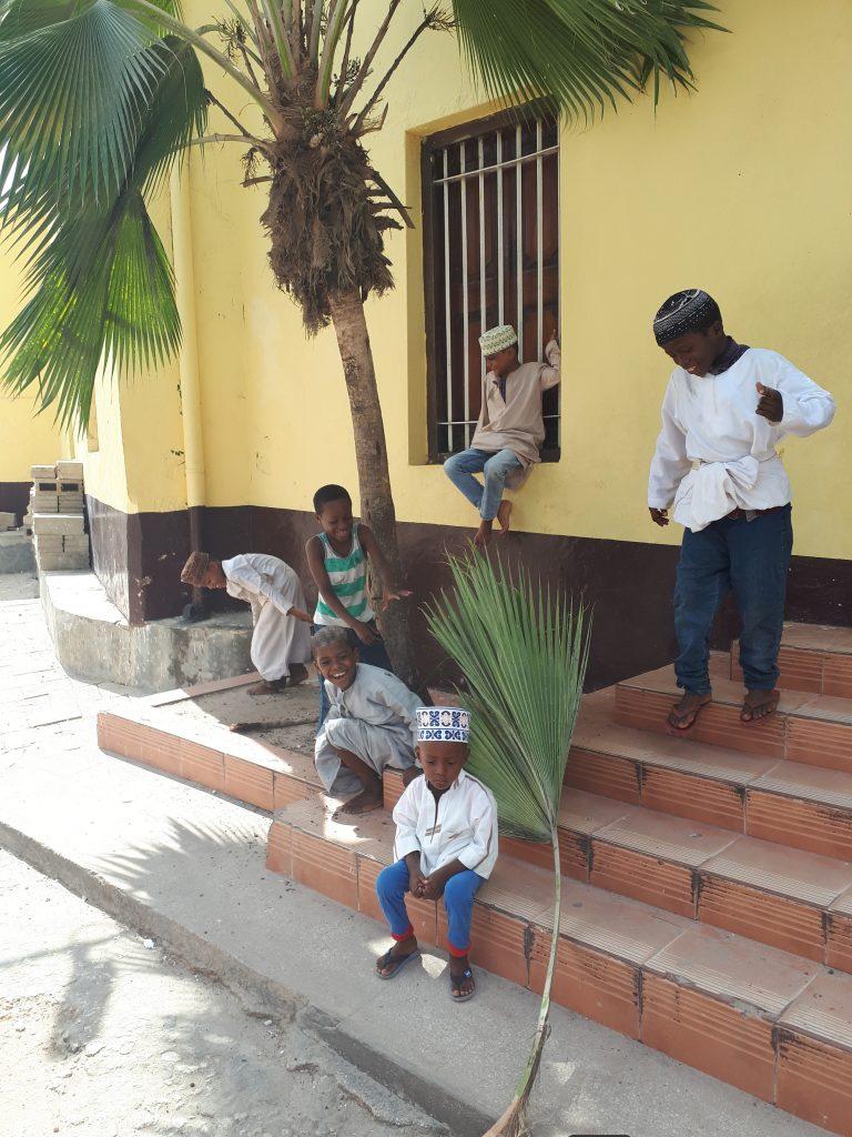 VELIKI ODMOR: Klinci koriste svaki trenutak za zabavu pa su se tako ljuljali na listu palme dok ga nisu otkinuli