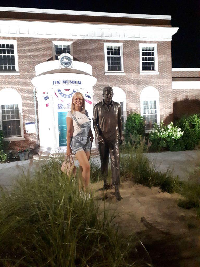 Figura Džona Kenedija u prirodnoj veličini ispred Muzeja u gradu Hajenis