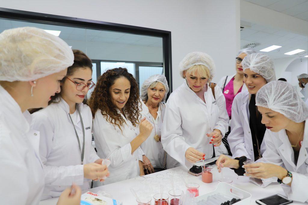 "Proces pravljenja sopstvene nijanse ruža u laboratoriji fabrike ""Farmasi"" u Istanbulu"