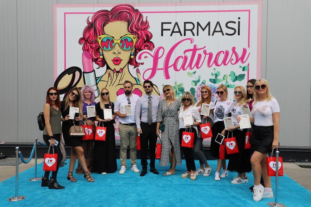 Ekipa Farmasi delegacije ispred ulaza u fabriku kozmetike, čiji smo bili gosti